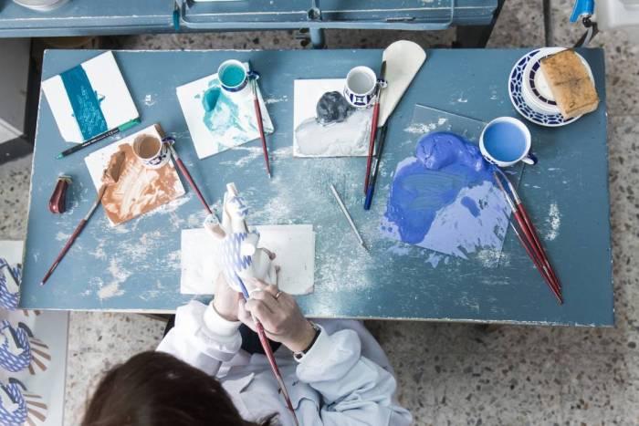 Una operaria pinta a mano una de las figuras