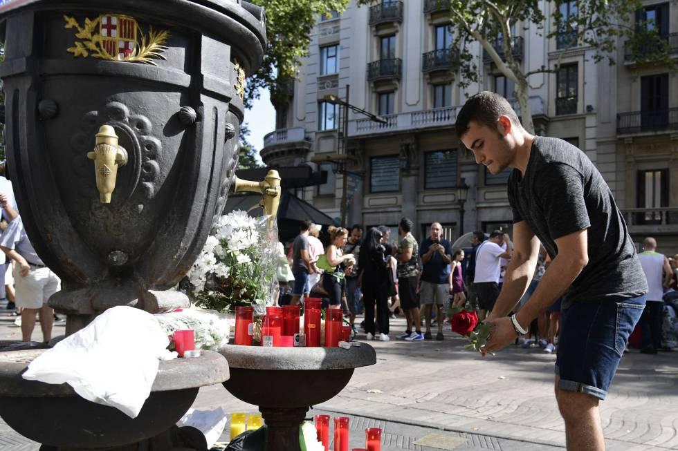 Una persona deja una rosa en La Rambla el día siguiente al atentado.