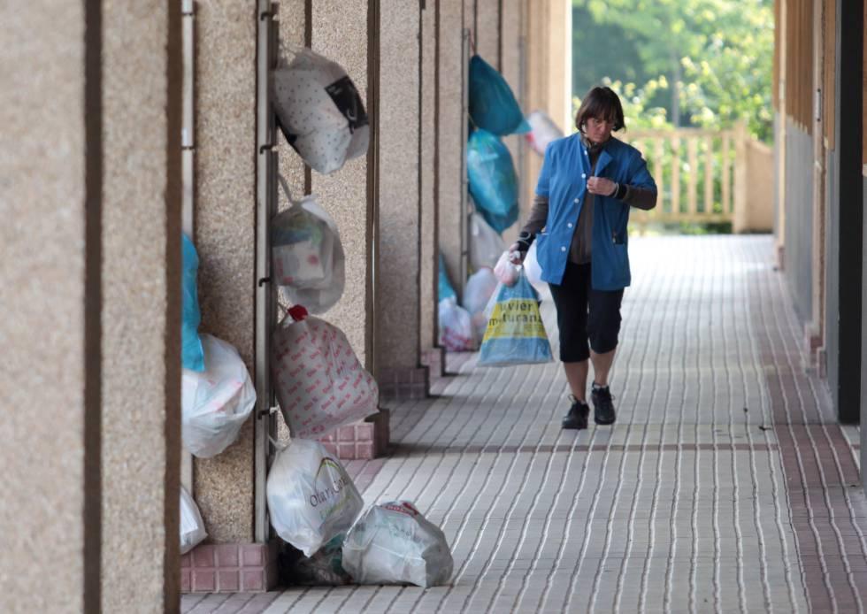 Colgadores donde los vecinos de Usurbil (País Vasco) colocan las bolsas de basura con el sistema de recogida puerta a puerta.
