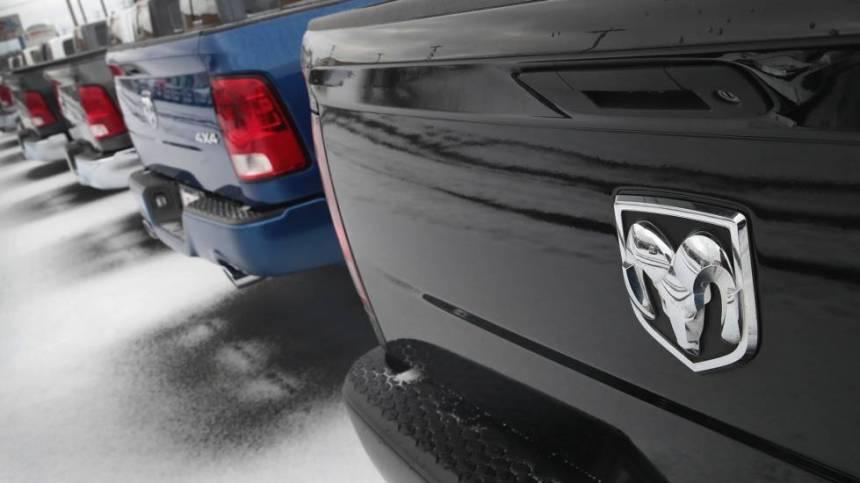 Un modelo del pickup de la marca Ram en un concesionario de Illinois