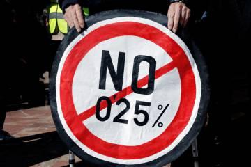 Uno de los carteles contra la revalorización de las pensiones de este año.