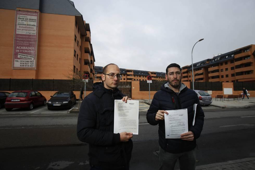 Luis Cruz (I) y Carlos García Melchor (D), afectados de la estafa inmobiliaria de la urbanización Cristina Sur, en Pinto.