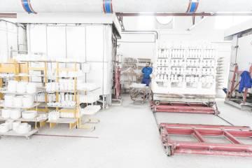Un trabajador de Sargadelos, en la fábrica lucense.