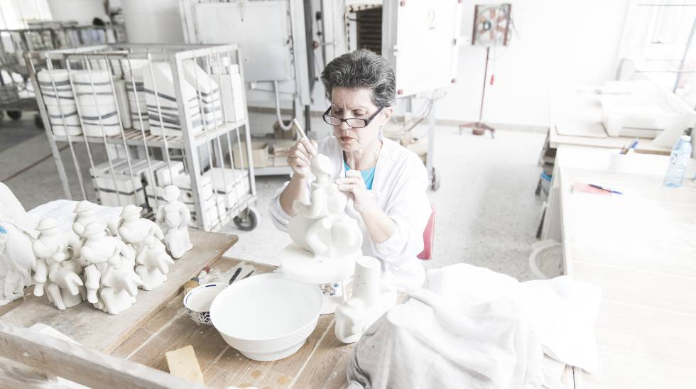 Una empleada de Sargadelos trabaja sobre una figura en la factoría de Cervo en 2016.