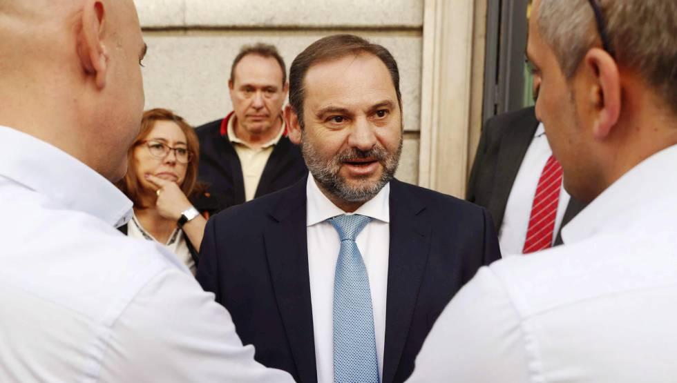 El ministro de Fomento, José Luis Ábalos, conversa con representantes de asociaciones del taxi en el Congreso de los Diputados.