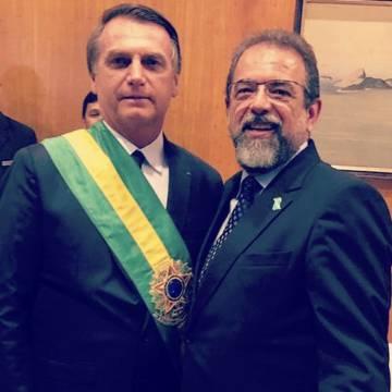 El presidente de Taurus, Salesio Nuhs (derecha), posa con Jair Bolsonaro el día de la toma de posesión de este último como presidente de Brasil.