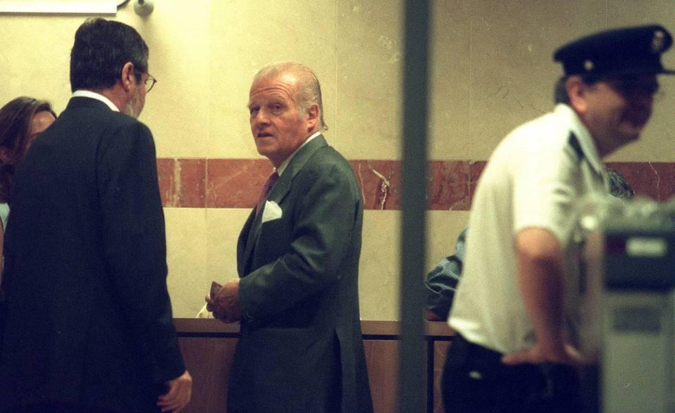 El expresidente del BBVA, Emilio Ybarra, comparece como imputado ante el juez de la Audiencia Nacional Baltasar Garzón, en 2002.
