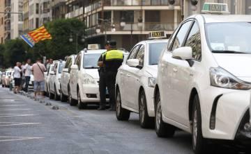 Protesta de taxistas en la calle Colón de Valencia.
