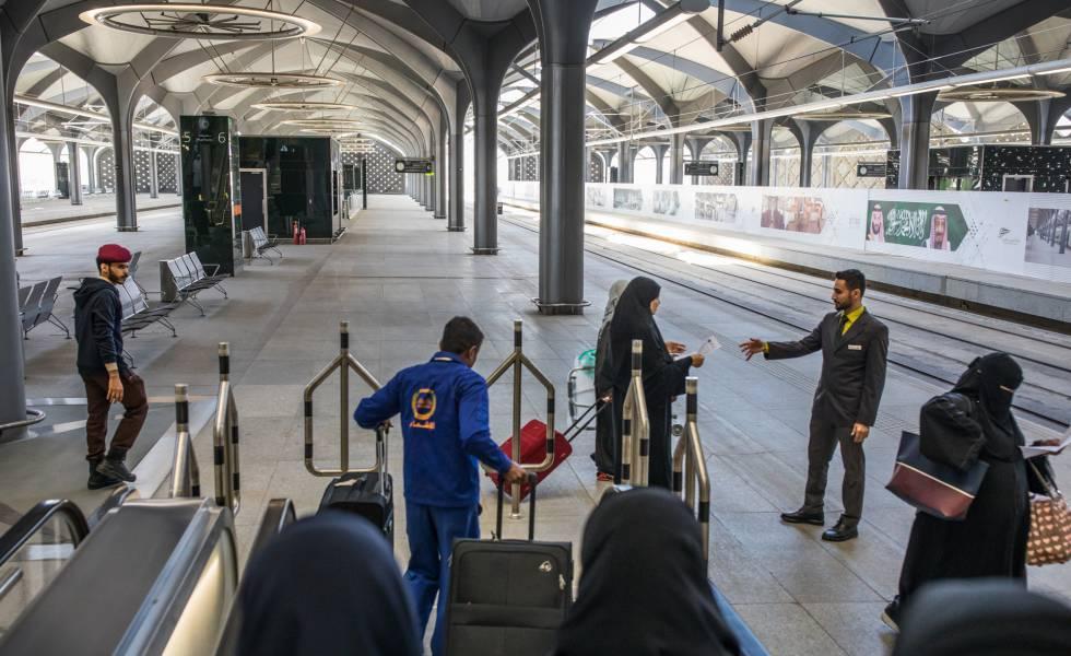 Un empleado atiende a pasajeros en la estación de Yedah.