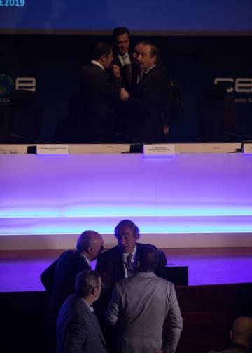 Antonio Garamendi. en el estrado ocn parte de la cípula de CEOE, Y juan Rosell,su predecesor, abajo con varios asistentes.
