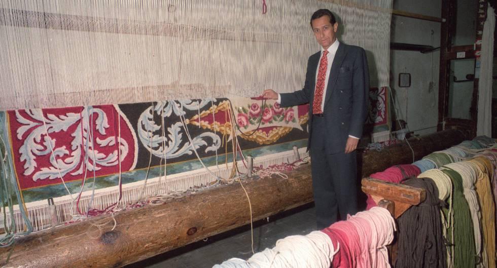 Livinio Stuyck, en 1996 cuando era director de la Real Fábrica de Tapices, posa ante un telar de confección de alfombras