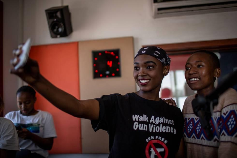 Miembros del equipo de la Fundación de Radio Infantil 'Bigger than Life' con sede en Alexandra se sientan en una sesión de capacitación el 16 de marzo de 2019 en Johannesburgo.