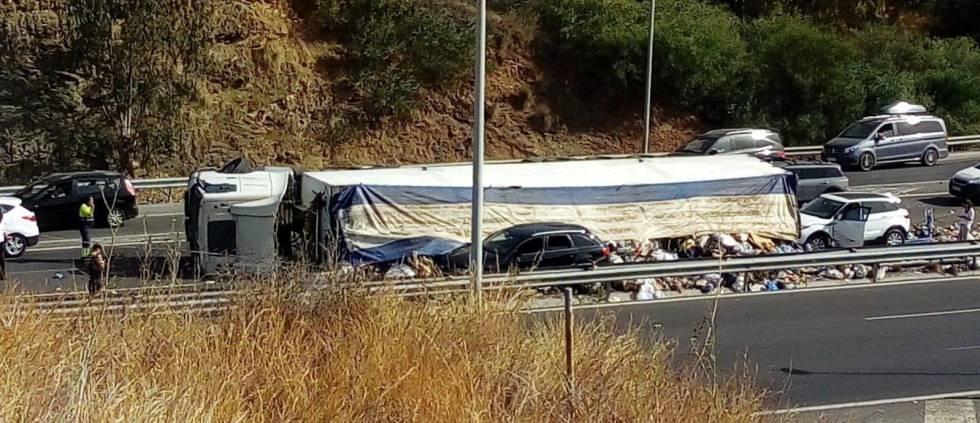Camión accidentado en la autovía A-7 a su paso por Marbella.rn rn