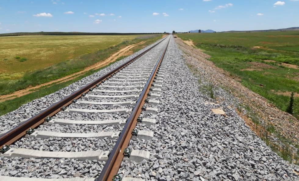Trayecto ya renovado de la línea Cáceres-Sevilla.