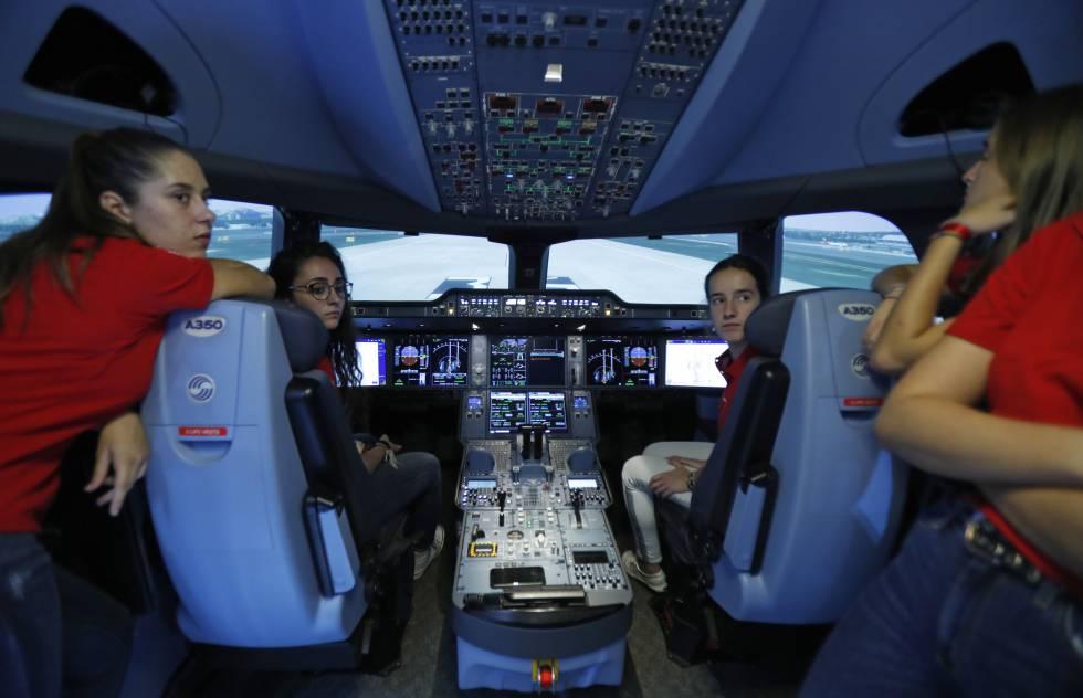 Participantes en el programa Quiero Ser de Iberia en el simulador de vuelos del A350.