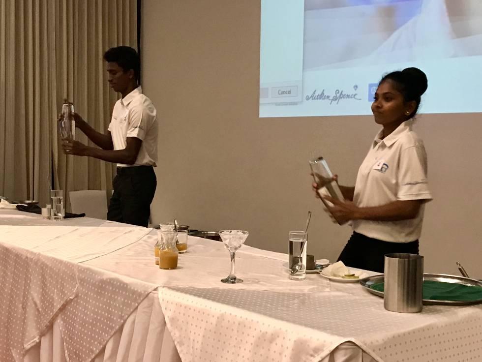 Alumnos de la Academia TUI en una competición de 'mocktails'.