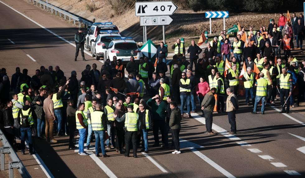 Agricultores cortan una carretera en Extremadura.