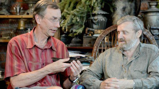 Svante Pääbo, a la izquierda, sostiene el fémur hallado en Siberia / NATURE