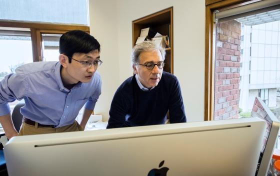 El investigador Douglas Melton (derecha)