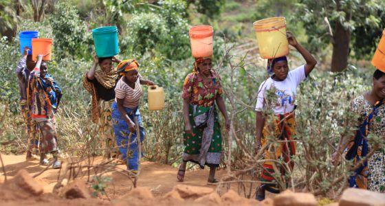 mujeres-africanas-portan-agua