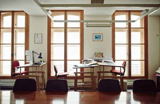Las mesas de la redacción de 'Le Canard Enchaîné'.