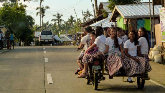 Unas niñas van a colegio en la isla de Samar (Filipinas), azotada por la tormenta Hagupit que dejó 18 fallecidos en diciembre de 2014.