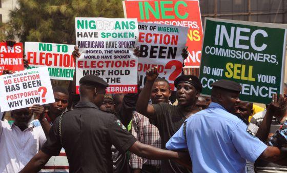 Elecciones Nigeria: Manifestantes, el pasado febrero contrarios al retraso de las elecciones en Abuya