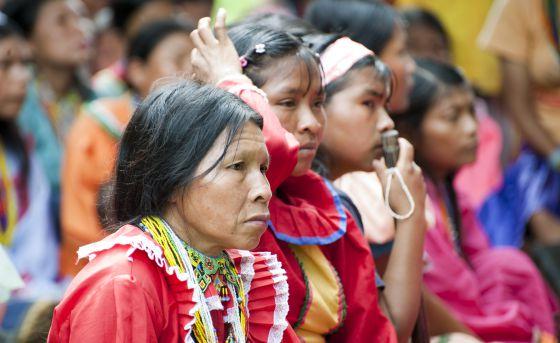 Una partera escucha una conferencia sobre los derechos de la mujer y los peligros de la ablación de clítoris durante un taller en Colombia.