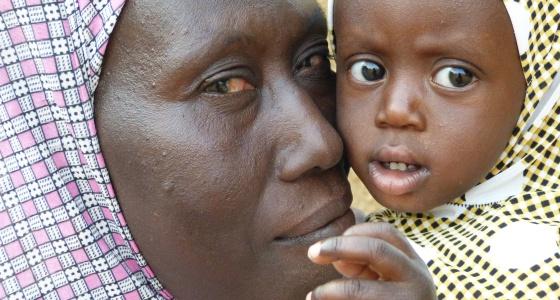 Raika Abadulaye se deshace en besos y abrazos a su hija pequeña. Ella es beneficiaria de la iniciativa Escuela de Maridos en el distrito de Sona, en Níger.