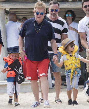 Elton John cancela sus conciertos hasta junio por una