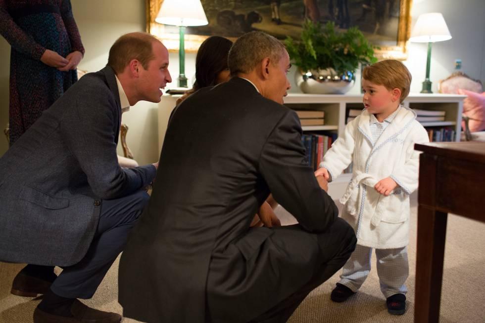 O duque de Cambridge e o presidente dos Estados Unidos, Barack Obama, agachados para falar com o príncipe George.