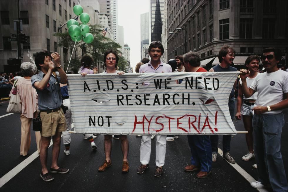 """Manifestantes en un desfile del Orgullo Gay en Manhattan, en 1983. La pancarta dice """"SIDA: necesitamos investigación, ¡no histeria!""""."""