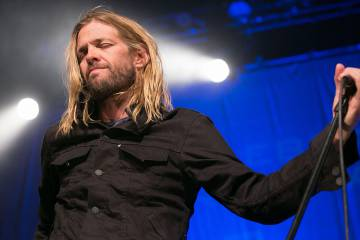 Taylor Hawkins, de Foo Fighters, estuvo dos semanas en coma. Su compañero de banda, Dave Grohl, le veló durante aquel período.