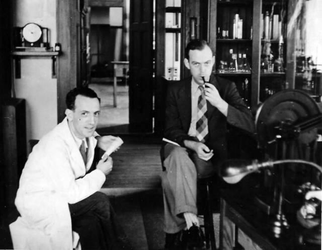 Rafael Méndez, con su colega Gordon Moe en Harvard en 1943.