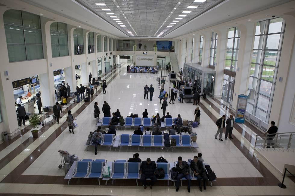 Terminal de passageiros do aeroporto de Tashkent.