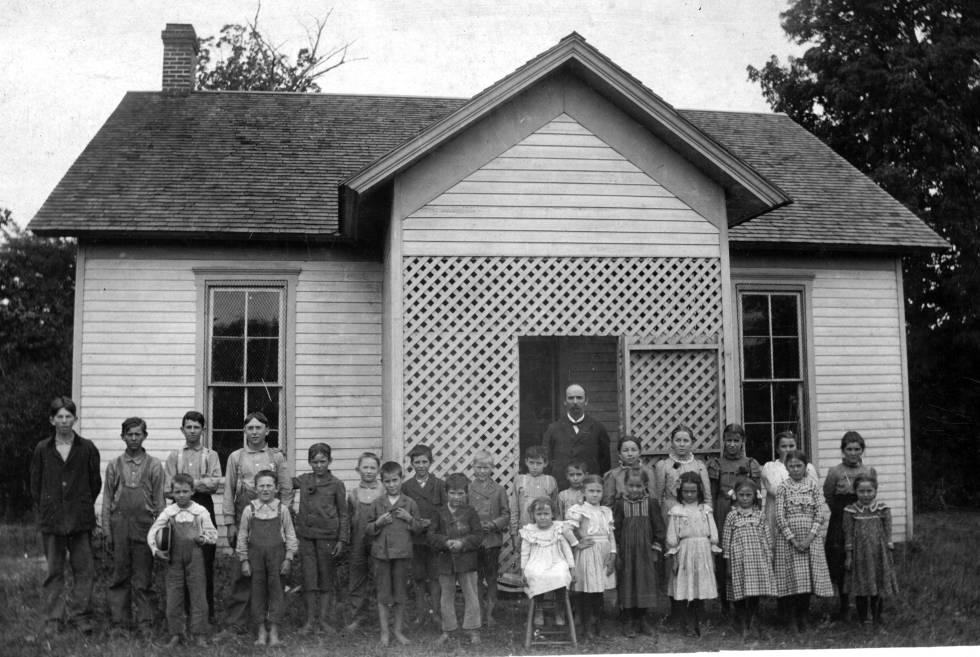 Una escuela en el condado de Parke, en Indiana, en 1898.