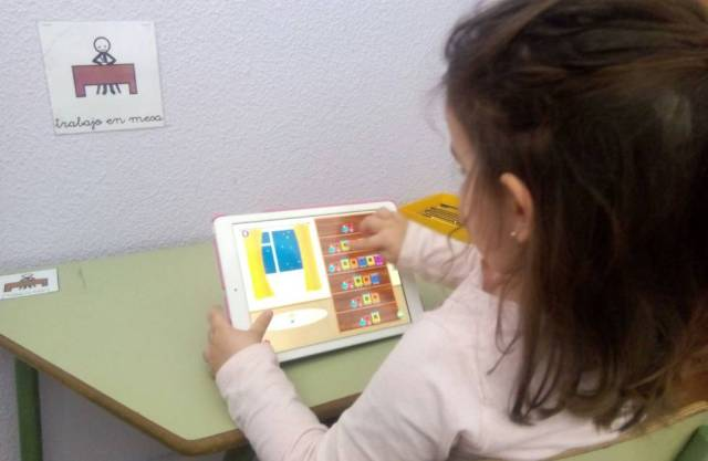 Elena en clase (aula tea de la escuela infantil Conde de Elda).
