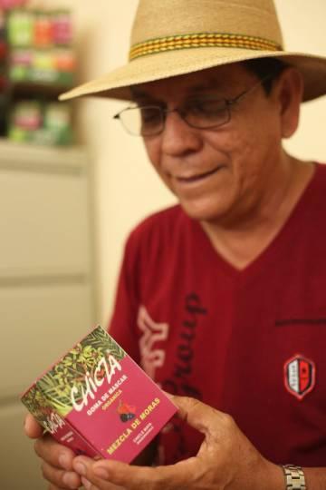 Gerardo Ramírez muestra una de las últimas variantes del chicle maya orgánico.