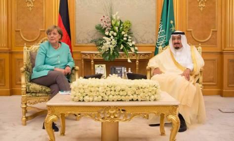 La canciller alemana, Angela Merkel, junto al rey saudí, Salman bin Abdulaziz al-Saud.