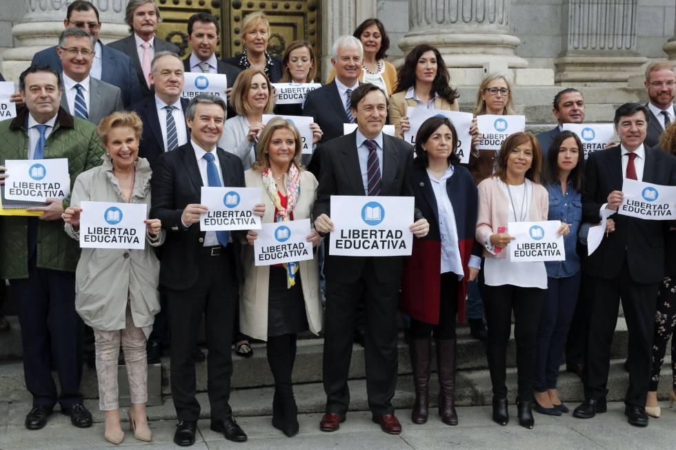Protesta del PP contra el anuncio de la Generalitat valenciana del cierre de 31 unidades de bachillerato en colegios concertados.