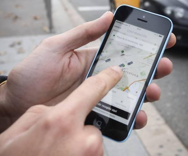 Um usuário utiliza um aplicativo para solicitar um serviço de táxi.