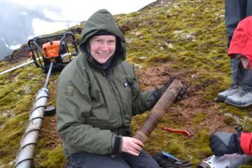 La investigadora Jessica Royles, con una sección del musgo congelado.