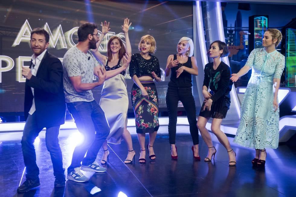 El presentador Pablo Motos con los actores Dani Rovira, Ana Polvorosa, Blanca Suárez, Ana Fernández, Maggie Civantos y Nadia de Santiago durante el programa