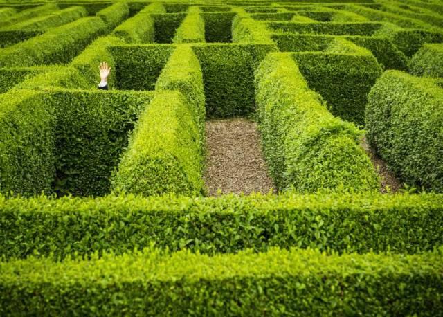Jardines palaciegos y construcciones diseñadas para perderse invitan a repetir la búsqueda que hizo Teseo.