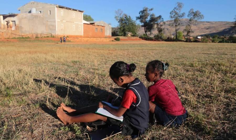 Duas meninas trabalham no campo, na Etiópia.
