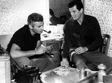 Rock Hudson y Jeff Chandler durante un descanso del rodaje de la película Iron man' en 1951.