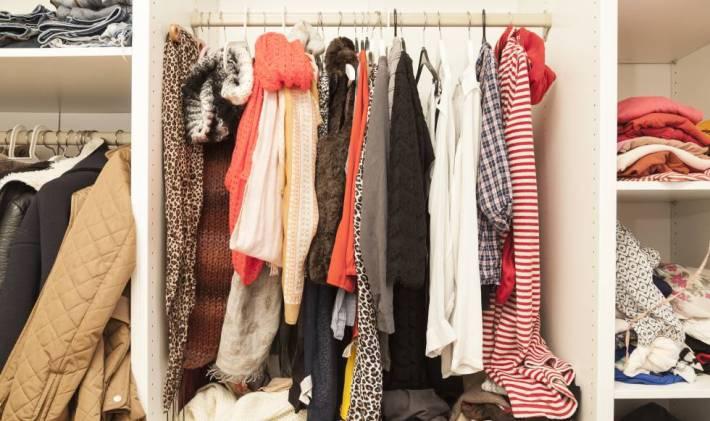 Resultado de imagen de armario repleto de ropa