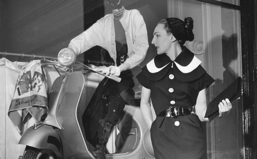 Una modelo con uno de los diseños de Schiaparelli, frente al escaparate de la tienda en la Place Vendôme de París en 1954.