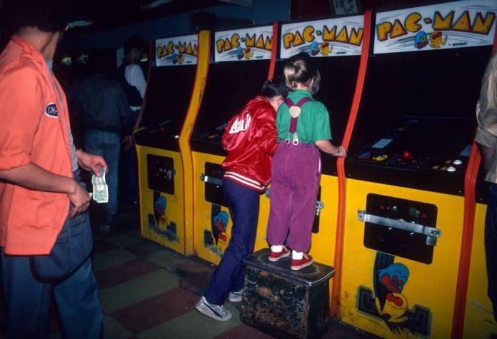 Dos chicas juegan al Pac Man en un salón recreativo de Nueva York, en 1982.