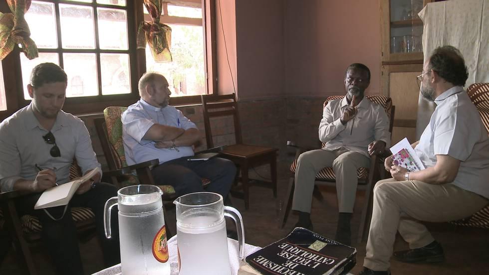 Parfeit Onaga-Anayenga, jefe de la MINUSCA, en un tenso encuentro con monseñores Aguirre y Ruíz, en la misión católica de Bangassou.